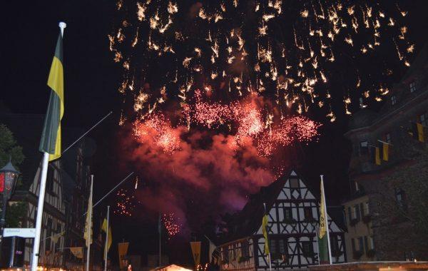 Weinmarkt und Rhein in Flammen